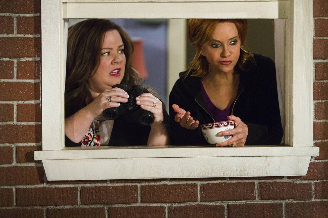 Molly (Melissa McCarthy, l.) ist sich sicher, dass der Nachbar nebenan nichts Gutes im Schilde führt, und bittet deshalb Joyce (Swoosie Kurtz, r.) u... - Bildquelle: Warner Brothers
