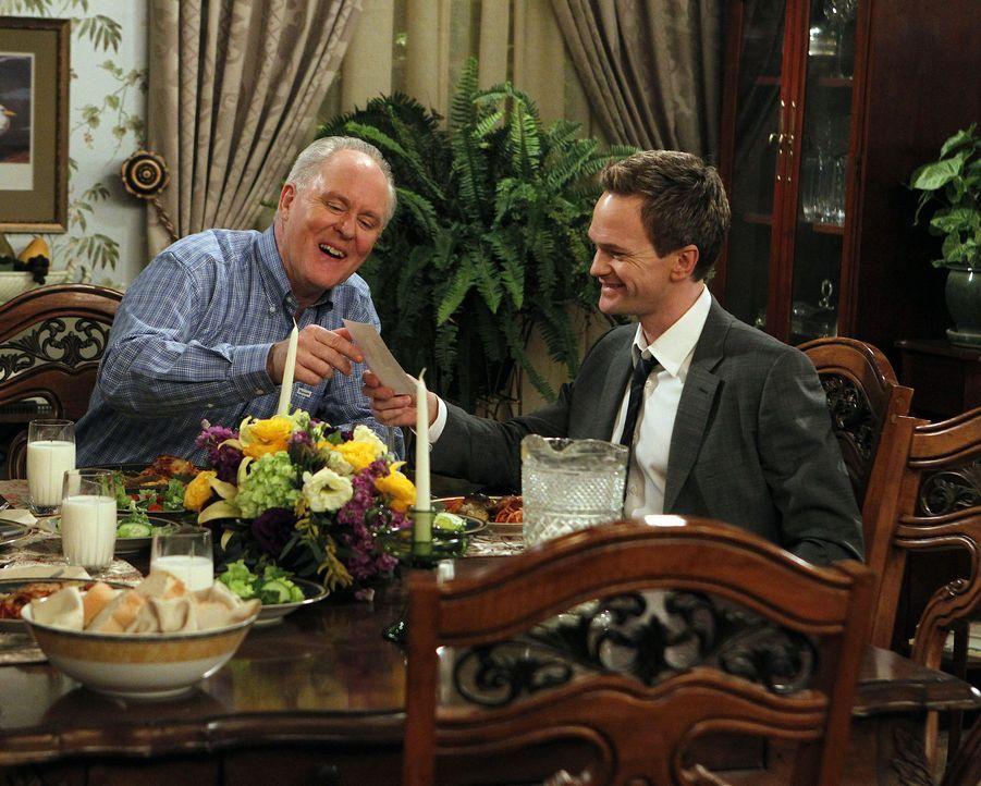 Als Barney (Neil Patrick Harris, r.) endlich seinen Vater (John Lithgow, l.) kennenlernt ist er sehr überrascht, wie dessen Leben bisher verlaufen... - Bildquelle: 20th Century Fox International Television