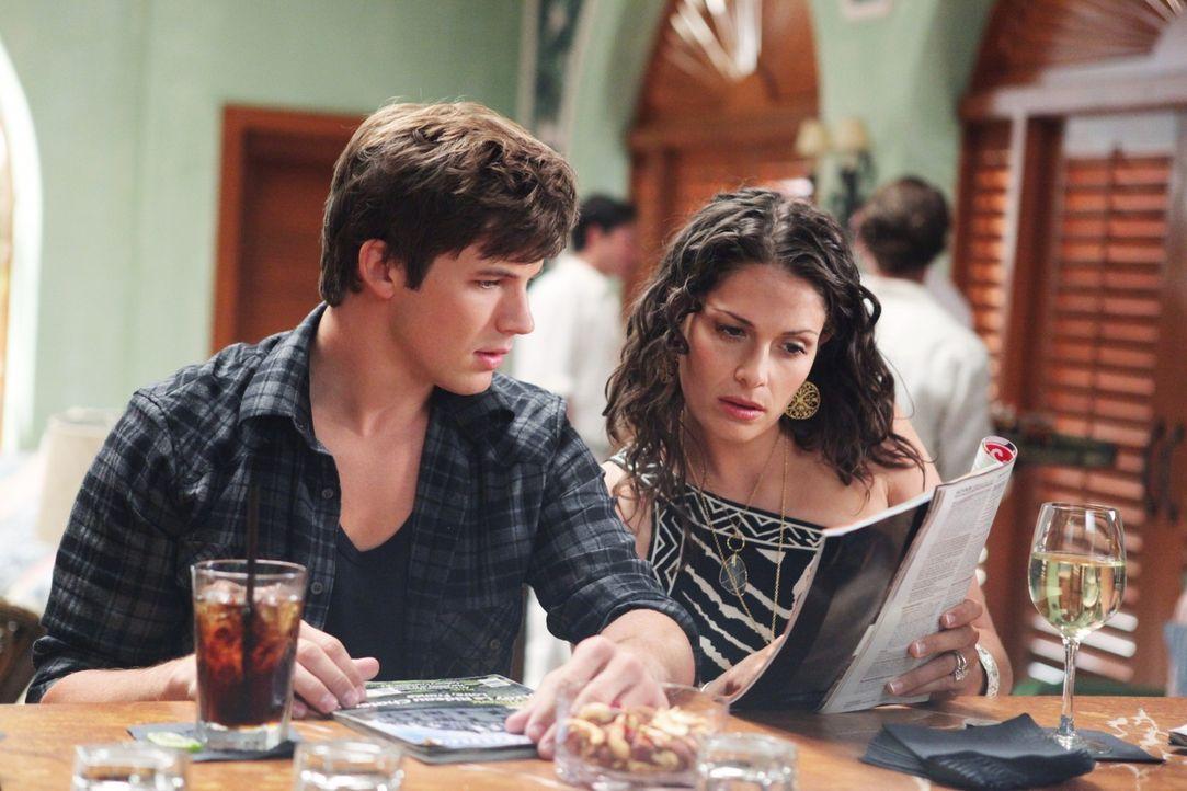 Liam (Matt Lanter, l.) ist nicht sehr begeistert davon, dass seine Mutter Colleen (Sarah Danielle Madison, r.) mit Jeffrey nach Paris fliegen will... - Bildquelle: TM &   CBS Studios Inc. All Rights Reserved