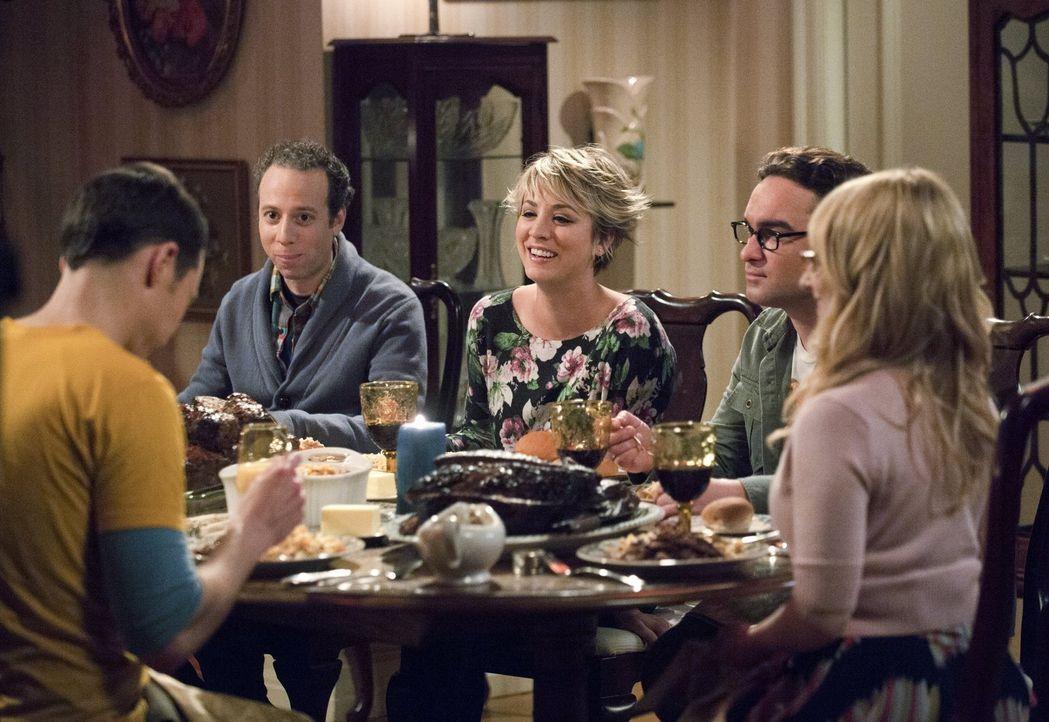 Ein Essen zu Ehren von Mrs. Wolowitz: Sheldon (Jim Parsons, l.), Stuart (Kevin Sussman, 2.v.l.), Penny (Kaley Cuoco, M.), Howard (Simon Helberg, 2.v... - Bildquelle: Warner Bros. Television