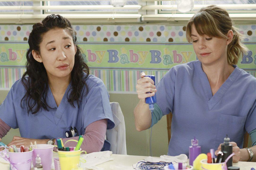 Stehen Mark und Arizona bei den Vorbereitungen für Callies Baby-Party bei: Meredith (Ellen Pompeo, r.) und Cristina (Sandra Oh, l.) ... - Bildquelle: ABC Studios