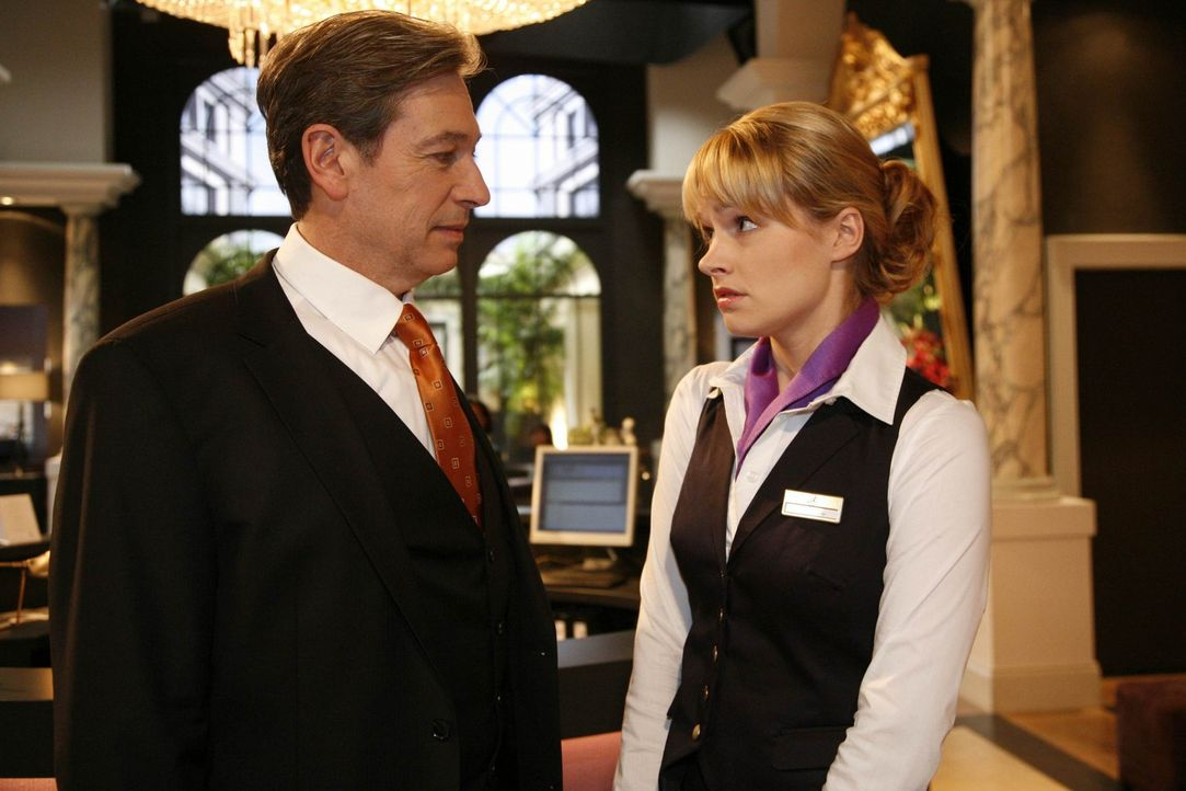 Julius (Günter Barton, l.) hat eine interessante Neuigkeit für Jessica (Isabell Ege, r.) ... - Bildquelle: SAT.1