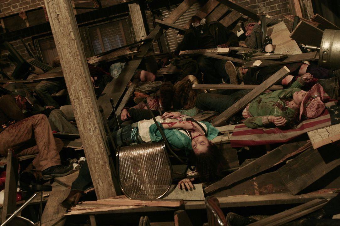 Bei einer Party in einem mehrstöckigen Penthouse, stürzt plötzlich der Boden der oberen Etage ein und reißt drei weitere Etagen mitsamt den darin be... - Bildquelle: WARNER BROS