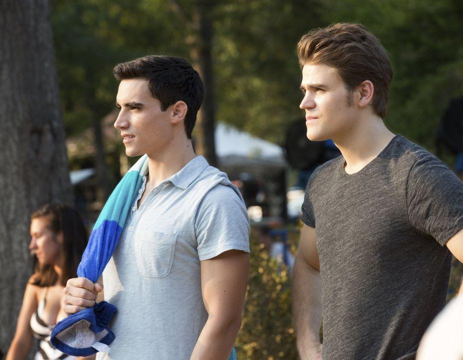 Liam und Stefan zusammen am See - Bildquelle: Warner Bros. Entertainment Inc.