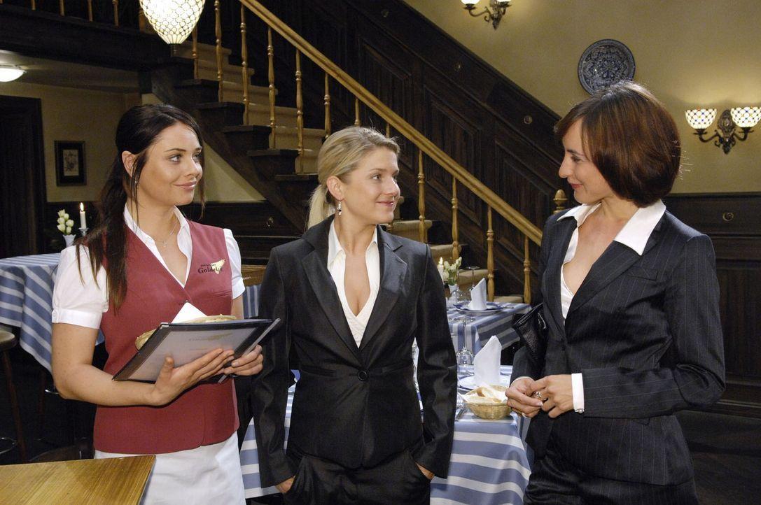 Vanessa holt Anna zu einer gemeinsamen Clubnacht ab. v.l.n.r.: Paloma (Maja Maneiro), Anna (Jeanette Biedermann), Vanessa (Maike von Bremen) - Bildquelle: Sat.1