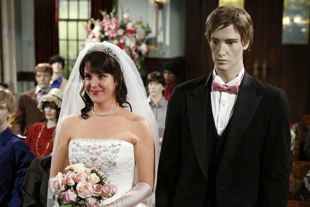 Rose (Melanie Lynskey, l.) scheint mittlerweile jemanden gefunden zu haben und ist verlobt. Doch das kann Charlie nicht glauben und geht der Sache a... - Bildquelle: Warner Brothers Entertainment Inc.