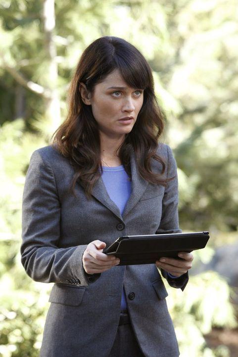 Als der reiche Autohändler Archer Braddock in einem Waldgebiet tot aufgefunden wird, beginnt für Teresa (Robin Tunney) und ihre Kollegen die Arbeit... - Bildquelle: Warner Bros. Television