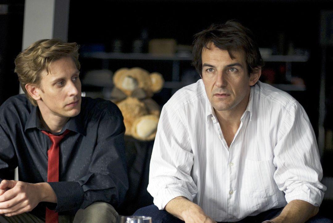 Andreas (Hans-Werner Meyer, r.) und sein Kollege Kai (Martin Glade, l.) sind gespannt, ob Katjas Flucht in den Westen gelingen wird ... - Bildquelle: Dirk Plamböck Sat.1