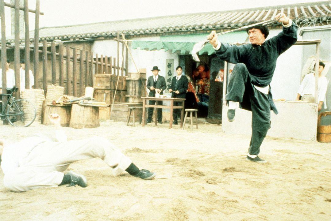 Die Kunstschmuggler merken schnell, dass sie sich diesmal mit dem Falschen angelegt haben: Wong Fei-Hong (Jackie Chan, r.) haut die Gangster um ... - Bildquelle: Miramax Films