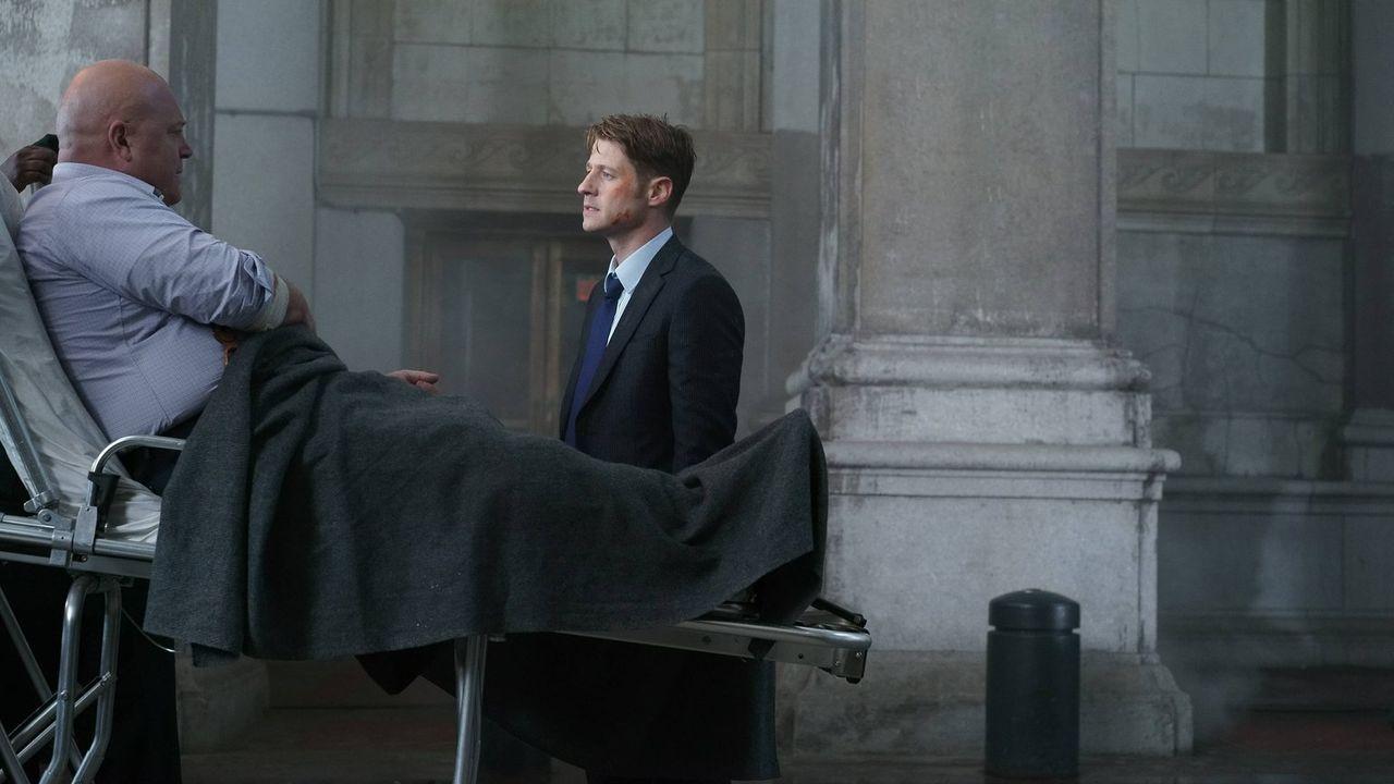 Das Böse treibt in Gotham weiter sein Unwesen. Jim Gordon (Ben McKenzie, r.) und Nanthiel Barnes (Michael Chiklis, l.) versuchen alles, dem ein Ende... - Bildquelle: Warner Brothers