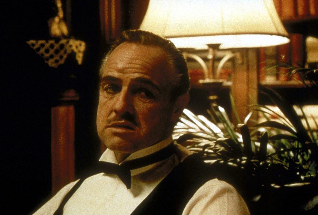 Der Pate Don Vito Corleone (Marlon Brando) ist ein Monument der Macht, der niemandem seine Unterstützung verweigert. Allerdings verlangt er dafür... - Bildquelle: Paramount Pictures
