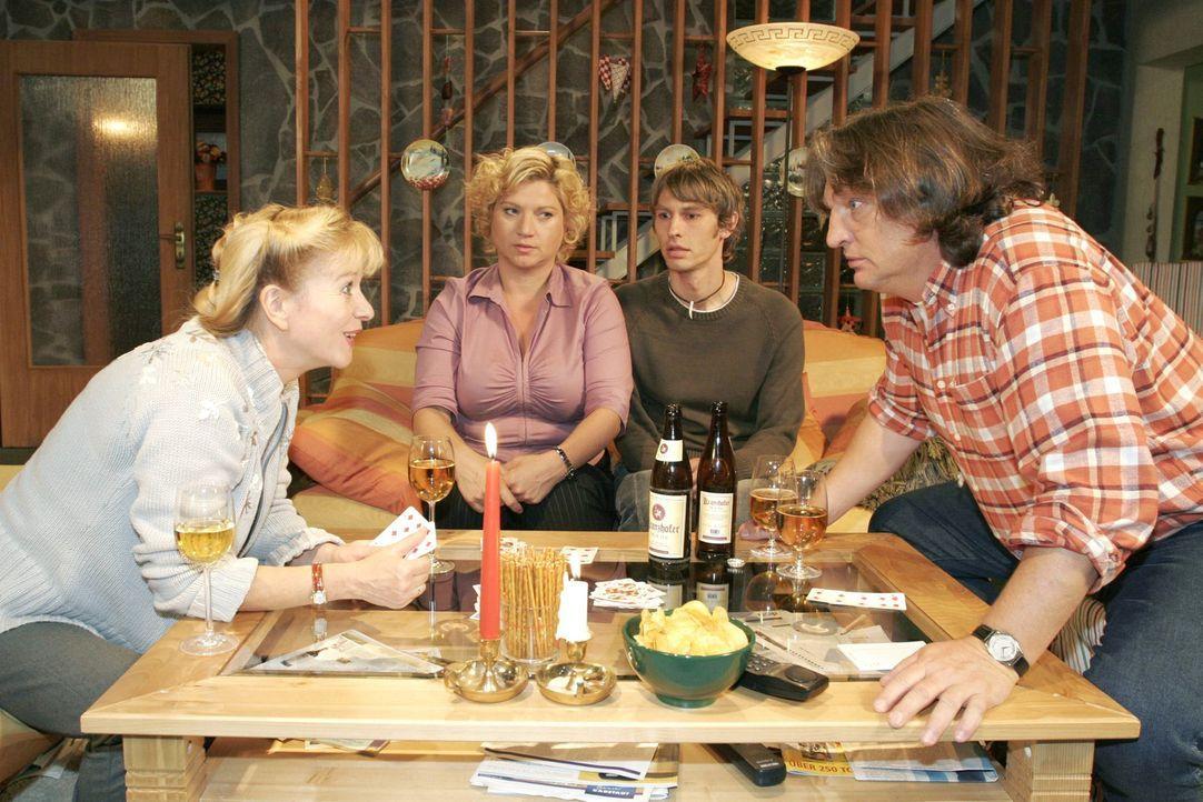 Beim Spieleabend bei Helga (Ulrike Mai, l.) und Bernd (Volker Herold, r.) geht es turbulent zu. Agnes (Susanne Szell, 2.v.l.) überrascht alle, als... - Bildquelle: Noreen Flynn Sat.1