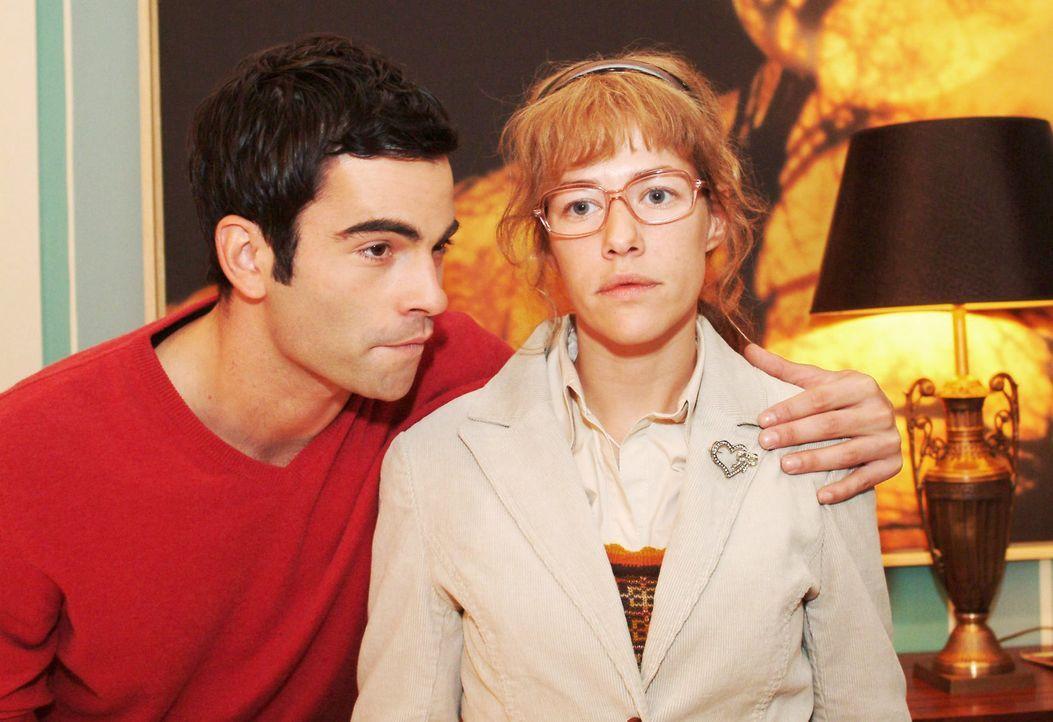 Lisa (Alexandra Neldel, r.) fragt sich nach Davids (Mathis Künzler, l.) überschwänglicher Umarmung, warum sie nur andere, nicht aber sich selbst... - Bildquelle: Monika Schürle Sat.1