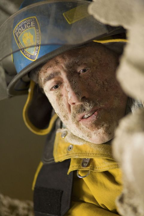 Die zwei New Yorker Polizisten John McLoughlin (Nicolas Cage) und Will Jimeno werden beim Einsturz des World Trade Center unter den Trümmern versch... - Bildquelle: TM &   Paramount Pictures. All Rights Reserved.