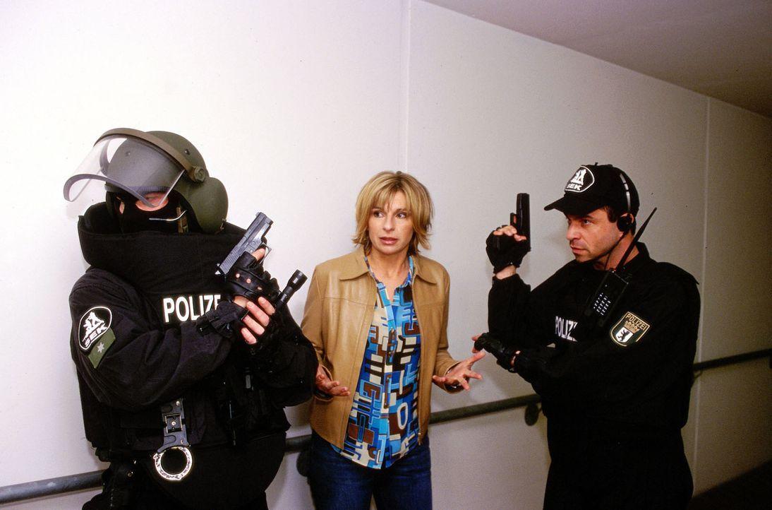 Dr. Sommer (Maria Bachmann, M.) versucht mit dem Einsatzkommando der Polizei Dr. Bolten aus den Händen des Geiselnehmers zu befreien. - Bildquelle: Uwe Ernst Sat.1