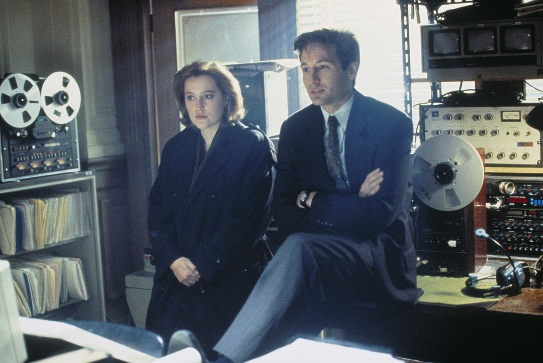 Mulder (David Duchovny, r.) und Scully (Gillian Anderson, l.) suchen am Ort einer Begegnung der dritten Art nach Spuren von Außerirdischen. - Bildquelle: TM +   Twentieth Century Fox Film Corporation. All Rights Reserved.