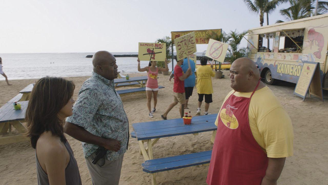 Während Kono (Grace Park, l.) und Grover (Chi McBride, M.) in einen Mordfall ermitteln, der mit der illegalen Praxis des Hai-Schlachtens zu tun hat,... - Bildquelle: Norman Shapiro 2016 CBS Broadcasting, Inc. All Rights Reserved