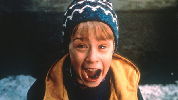 Kevin (Macaulay Culkin) ist nicht wenig entsetzt bei dem Anblick der beiden G...
