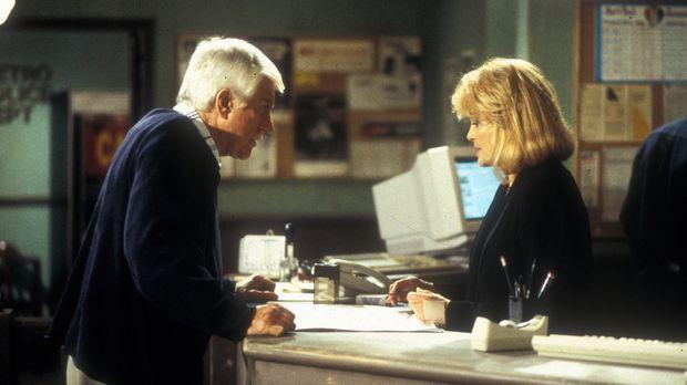 Dr. Mark Sloan (Dick Van Dyke, l.) und Captain Pike (Angie Dickinson, r.) übe...