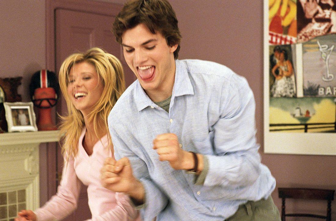 Schon seit geraumer Zeit ist Tom Stansfield (Ashton Kutcher, r.) auf seine Kollegin Lisa Taylor (Tara Reid, l.) scharf. Als er endlich seinen Mut zu... - Bildquelle: Falcom Media
