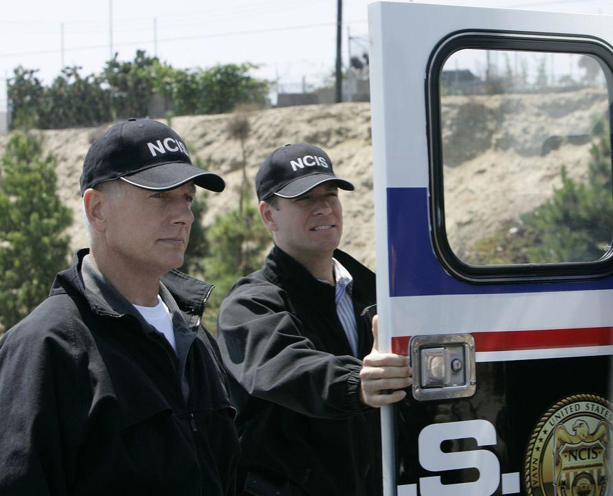 Gibbs (Mark Harmon, l.) und Tony (Michael Weatherly, r.) haben einen neuen Mordfall zu untersuchen. Bei dem Toten handelt es sich um Marvin Hinton,... - Bildquelle: CBS Television