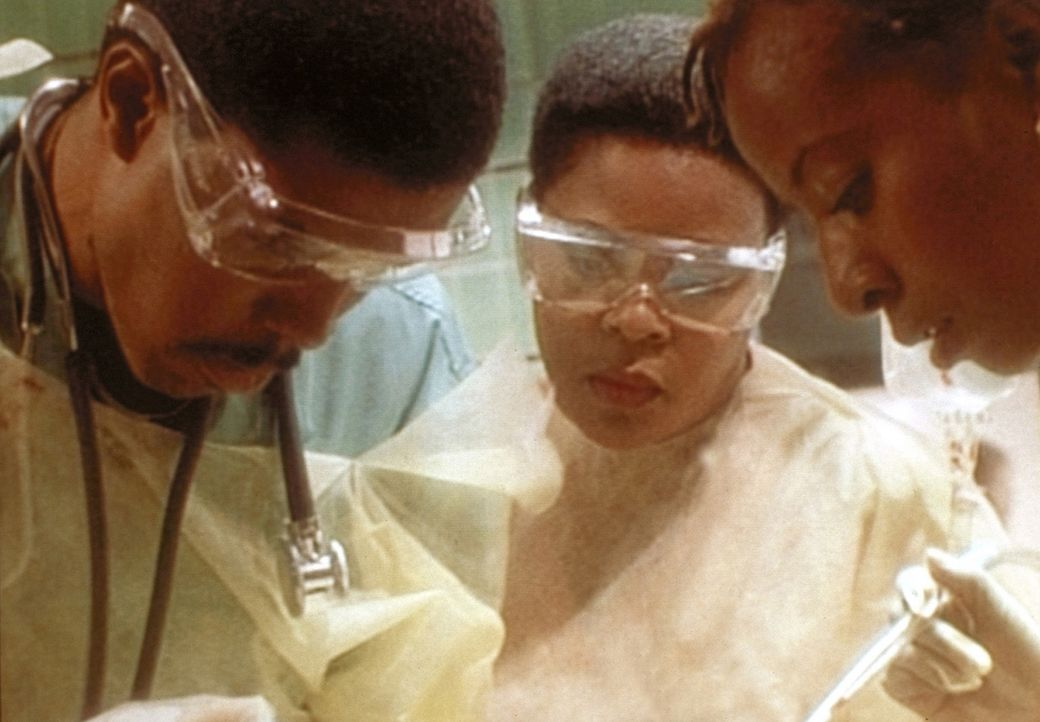 Dr. Benton (Eric LaSalle, l.) operiert wieder grandios. - Bildquelle: TM+  WARNER BROS.