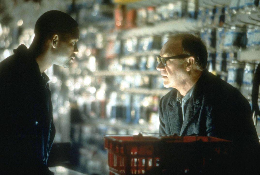 Ganz allein auf sich gestellt, flüchtet Robert Clayton Dea (Will Smith, l.) vor seinen übermächtigen Gegnern. Seine einzige Chance ist der im Unt... - Bildquelle: Buena Vista Pictures