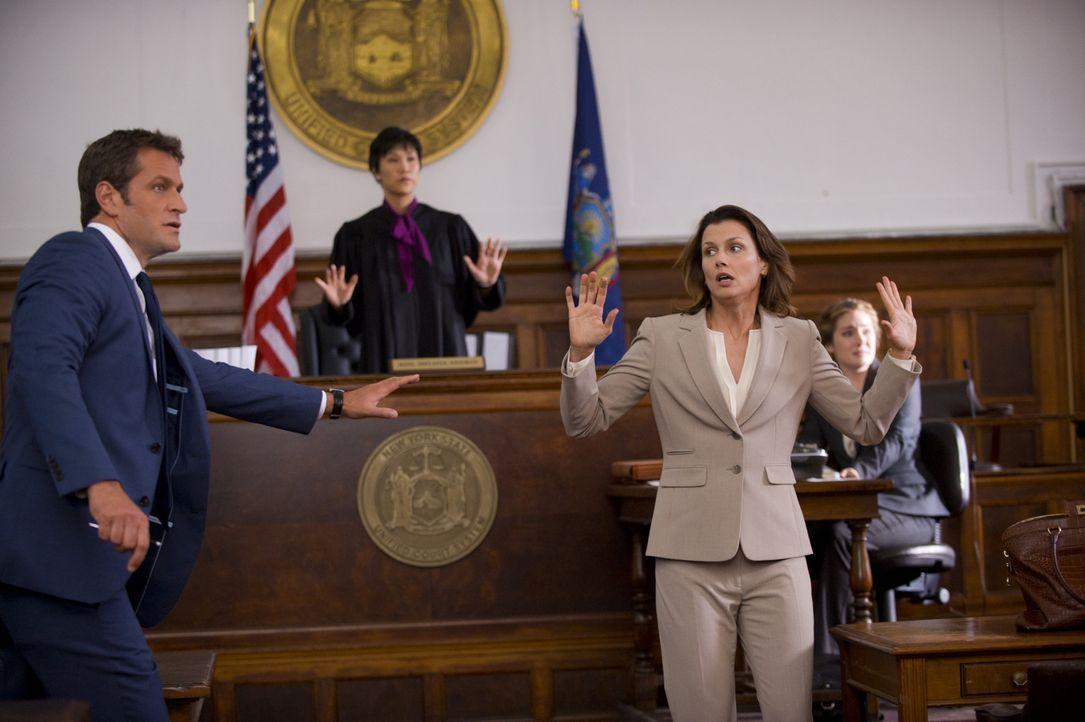 Erin (Bridget Moynahan, 2.v.r.) und ihr Exmann, der Anwalt Jack Boyle (Peter Hermann, l.), geraten ins Fadenkreuz, als der Angeklagte während eines... - Bildquelle: 2013 CBS Broadcasting Inc. All Rights Reserved.