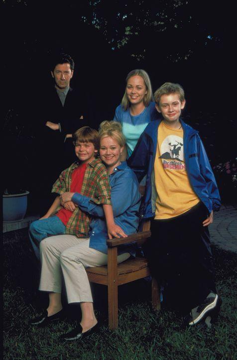 Adam (Matthew O'Leary , r.) und Chelsea (Laura Vandervoort, 2.v.r) haben für ihre Mutter (Caroline Rhea, M.) ein Blind-Date mit Dimitri Dentatos (C... - Bildquelle: Walt Disney Pictures