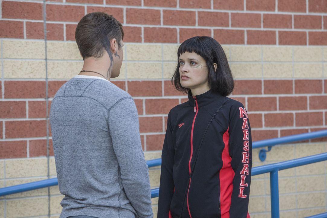 Roman (Matt Lanter, l.) möchte Sophia (Brina Palencia, r.) davon überzeugen, dass sie sich von dem Schwimmteam fernhalten sollte, doch dann sorgt de... - Bildquelle: 2014 The CW Network, LLC. All rights reserved.