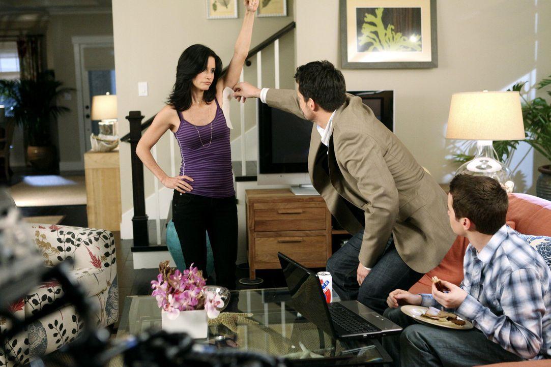 Grayson (Josh Hopkins, M.) überrascht nicht nur Travis (Dan Byrd, r.), sondern auch Jules (Courteney Cox, l.) immer wieder - doch die größte Übe... - Bildquelle: 2009 ABC INC.