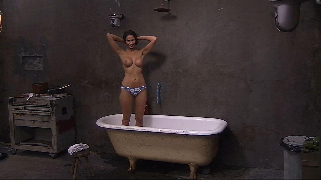Janina duscht6 - Bildquelle: SAT.1