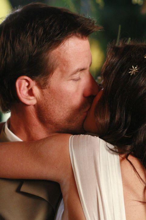Endlich sind sie verheiratet: Susan (Teri Hatcher, r.) und Mike (James Denton, l.) ... - Bildquelle: 2005 Touchstone Television  All Rights Reserved