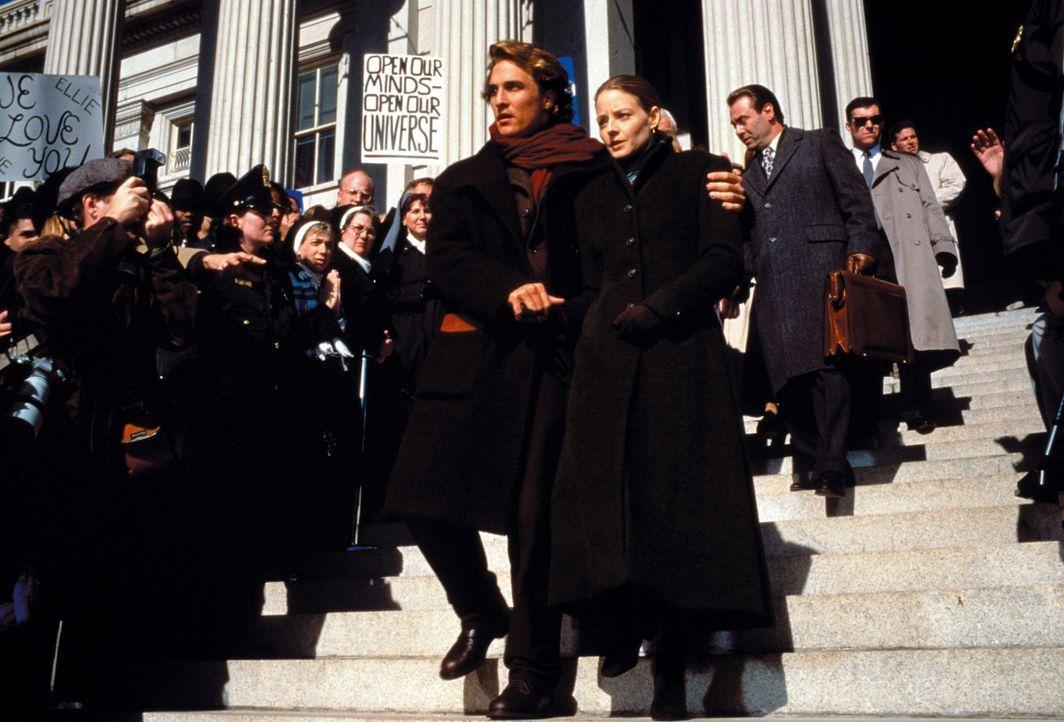 Gegen den Widerstand ihres Vorgesetzten Dave Drumlin und mit Hilfe von Palmer Joss (Matthew McConaughey, vorne l.) setzt sich Dr. Arroway (Jodie Fos... - Bildquelle: Warner Bros. Pictures