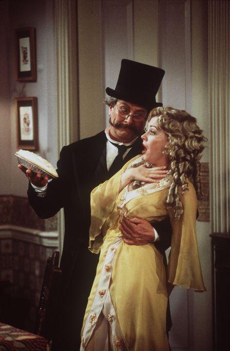 Sabrina (Melissa Joan Hart, r.) und ihre Tante Hilda wollen Zelda den Abend mit Mr. Kraft (Martin Mull, l.) nicht verderben und belegen sich mit ein... - Bildquelle: Paramount Pictures