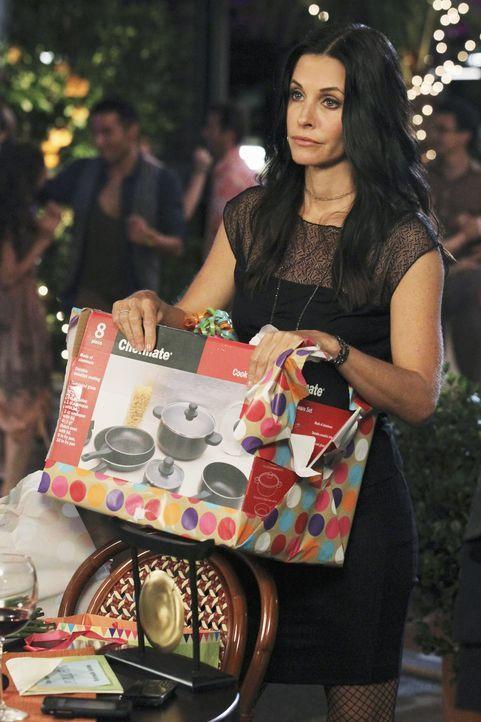 Der große Tag ist gekommen - wer hat wohl das beste Geschenk für Jules (Courteney Cox)? - Bildquelle: 2010 ABC INC.