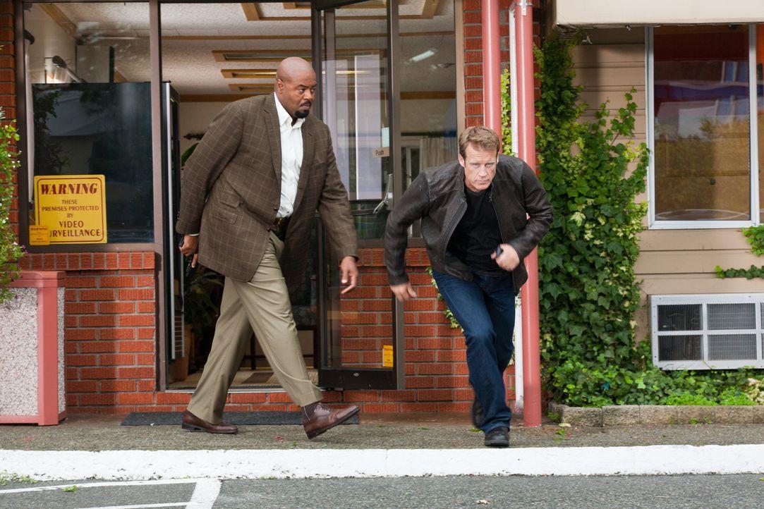 Vor dem Treffpunkt mit dem neuen Klienten explodiert der Wagen mitsamt Passagier. Können Chance (Mark Valley,r.) und Winston (Chi McBride, l.) ihn n... - Bildquelle: 2011  Warner Bros.