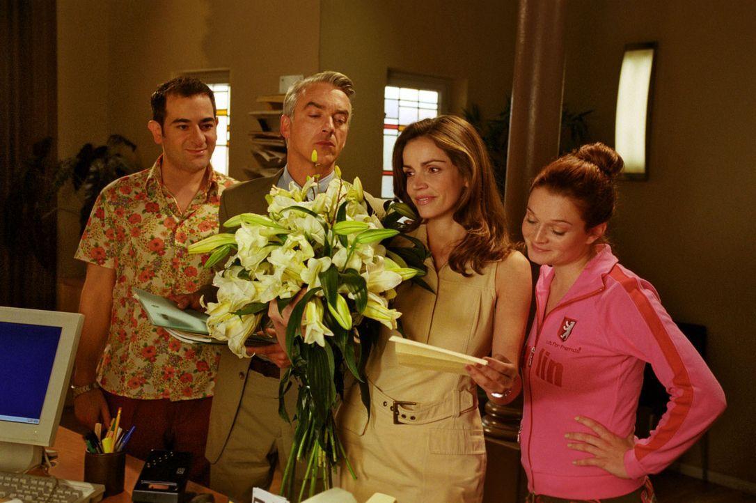 Liebesgrüße? Sandra (Rebecca Immanuel, 2.v.r.) hat's erwischt - und der Angebetete schickt auch noch Blumen! Da sind selbst Otto (Hasan Ali Mete, l.... - Bildquelle: Hardy Spitz Sat.1