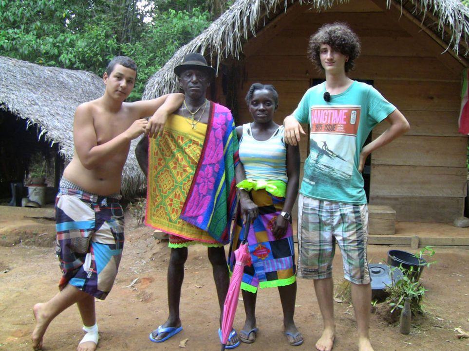 Cihan (l.) und Jonas (r.) mit ihren Gasteltern in Suriname ... - Bildquelle: SAT.1