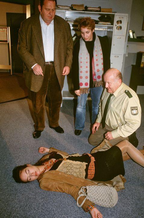 Pfeiffer (Udo Thomer, r.) hat Britta Aumüller (Zora Holt, liegend) tot aufgefunden. Benno (Ottfried Fischer, l.) und Sabrina (Katerina Jacob, M.) tr... - Bildquelle: Magdalena Mate Sat.1