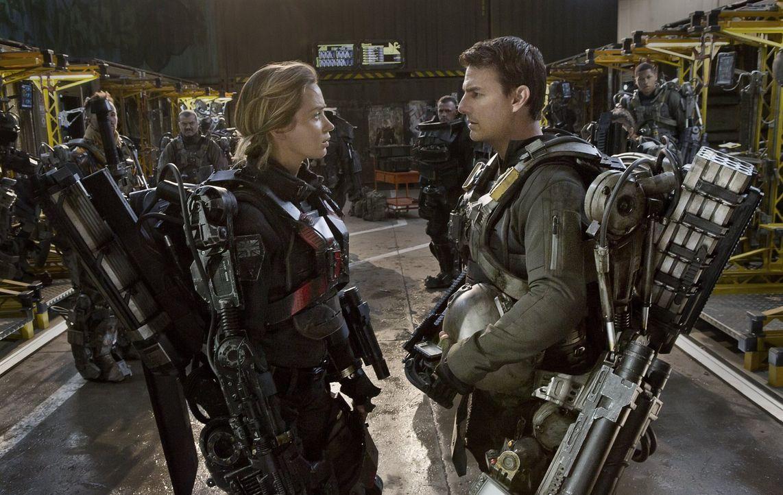Als Major Bill Cage (Tom Cruise, r.) in einer Zeitschleife gefangen wird und immer wieder denselben Einsatz erlebt, bei dem er von einer feindlichen... - Bildquelle: Warner Bros. Television