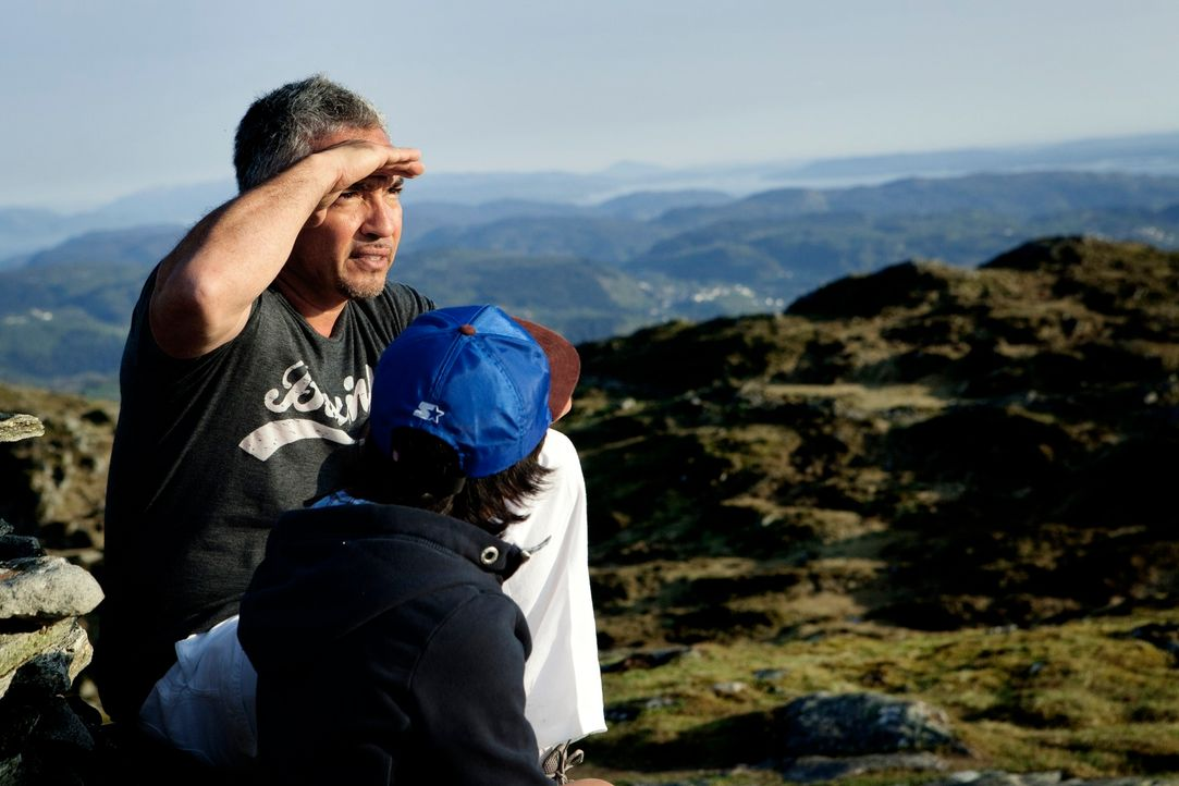 Cesar Millan (l.) und sein Sohn Calvin (r.) haben auch in Bergen alles im Blick ... - Bildquelle: Anders Birch Anders Birch