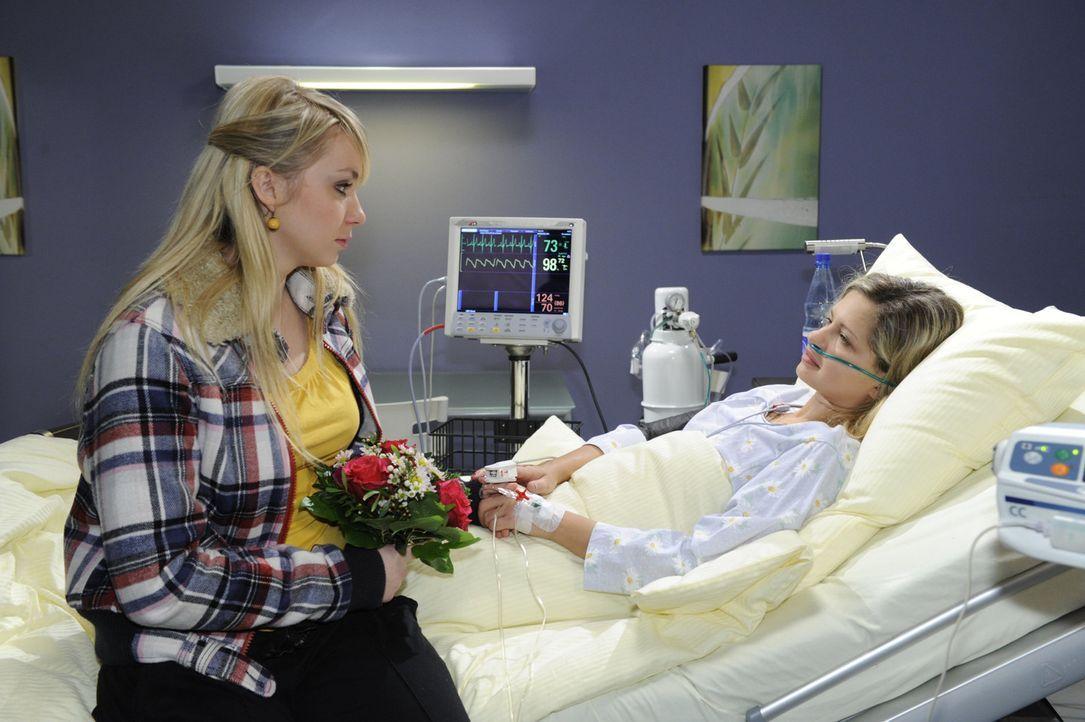 Lily (Jil Funke, l.) macht sich große Sorgen um Mia (Josephine Schmidt, r.), die ins Krankenhaus eingeliefert wurde ... - Bildquelle: SAT.1