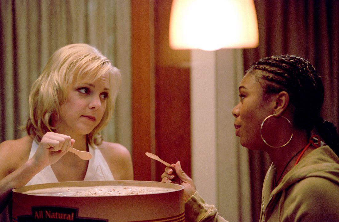 """Lehrerin Brenda Meeks (Regina Hall, r.) fürchtet um ihr Leben: Sie hat das Video mit dem """"haarigen Mädchen"""" gesehen. Noch ist Cindy (Anna Farris,... - Bildquelle: Miramax Films"""