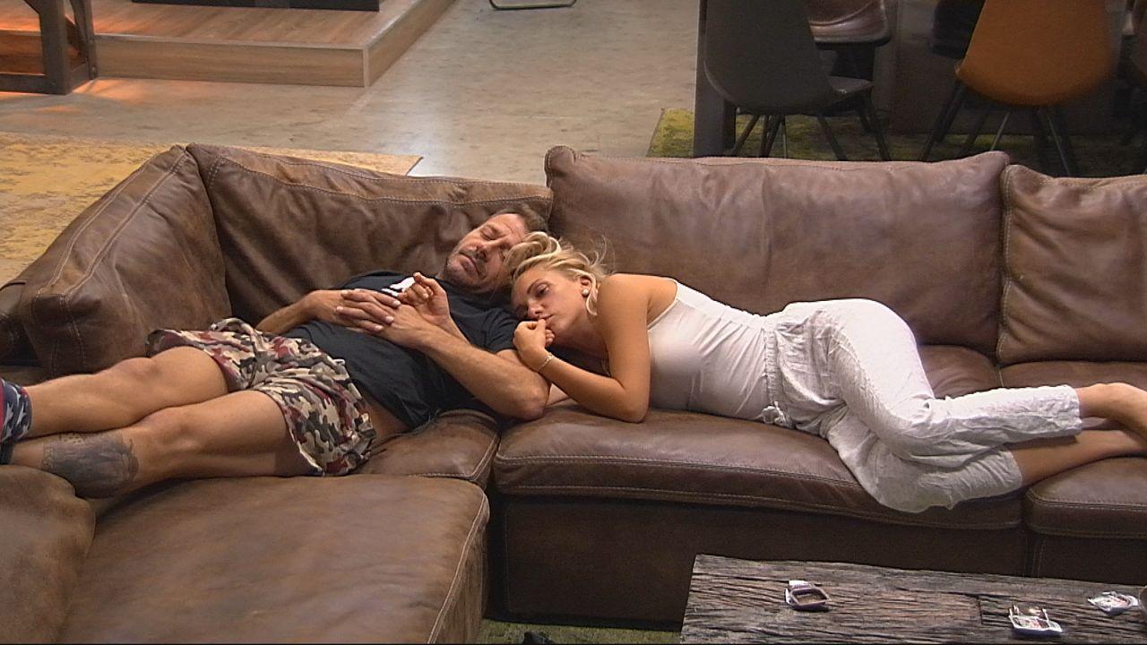 """Willi und Evelyn auf dem Sofa im """"Alles"""". - Bildquelle: SAT.1"""