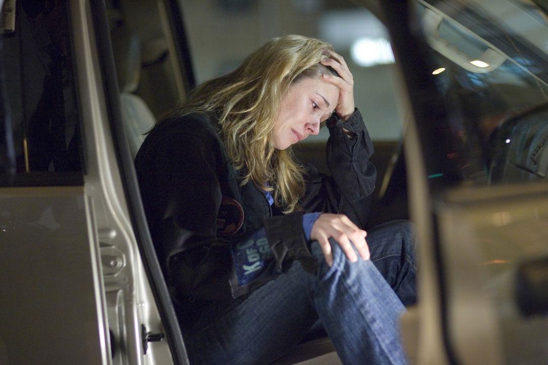 Nach über 24 Stunden ohne eine Spur von ihrem Sohn dreht Sam (Linda Cardellini) fast durch und baut völlig übermüdet einen Unfall ... - Bildquelle: Warner Bros. Television