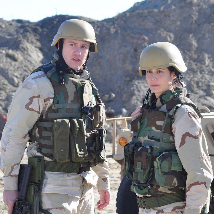 Eigentlich sollten die beiden Marines Abby Collins (Catherine Bell, r.) und Samuel Pratt (John Sanders, l.) den Chemiker Taraki und seine Familie si... - Bildquelle: 2011 Sony Pictures Television Inc. All Rights Reserved.