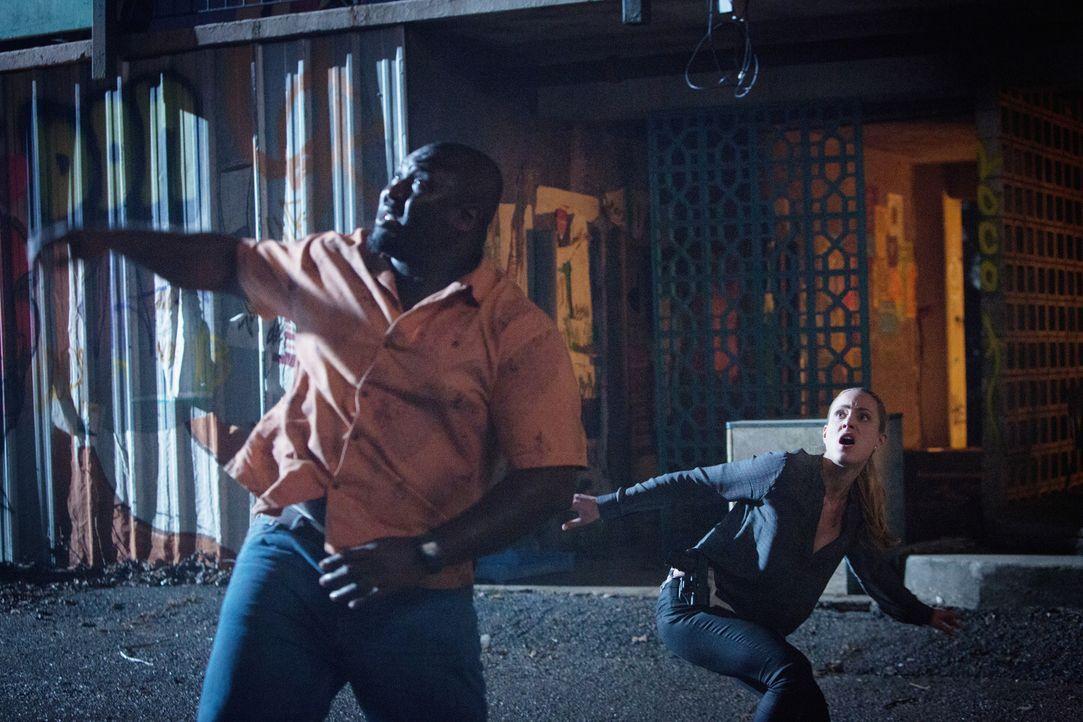Deckung! Abraham (Nonso Anozie, l.) und Chloe (Nora Arnezeder, r.) werden nicht nur von Fledermäusen angegriffen ... - Bildquelle: Steve Dietl 2015 CBS Broadcasting Inc. All Rights Reserved.