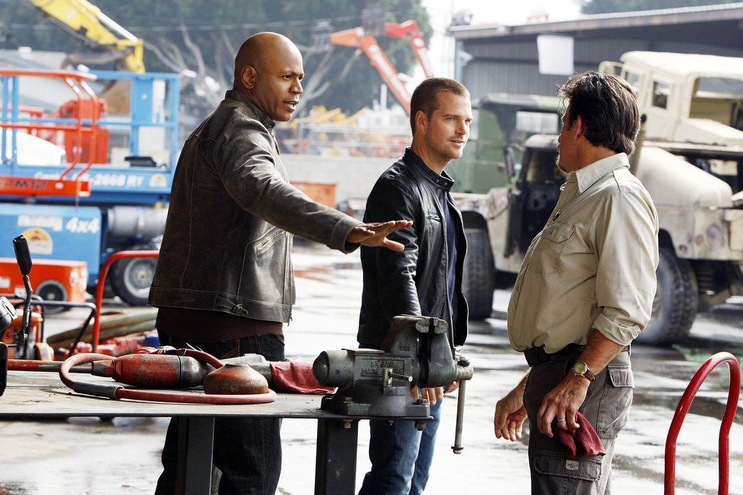 Callen (Chris O'Donnell, M.) und Sam (LL Cool J, l.) ermitteln in einem neuen Mordfall. Doch wird ihnen Ronnie Miller (V.J. Foster, r.) Hinweise daz... - Bildquelle: CBS Studios Inc. All Rights Reserved.