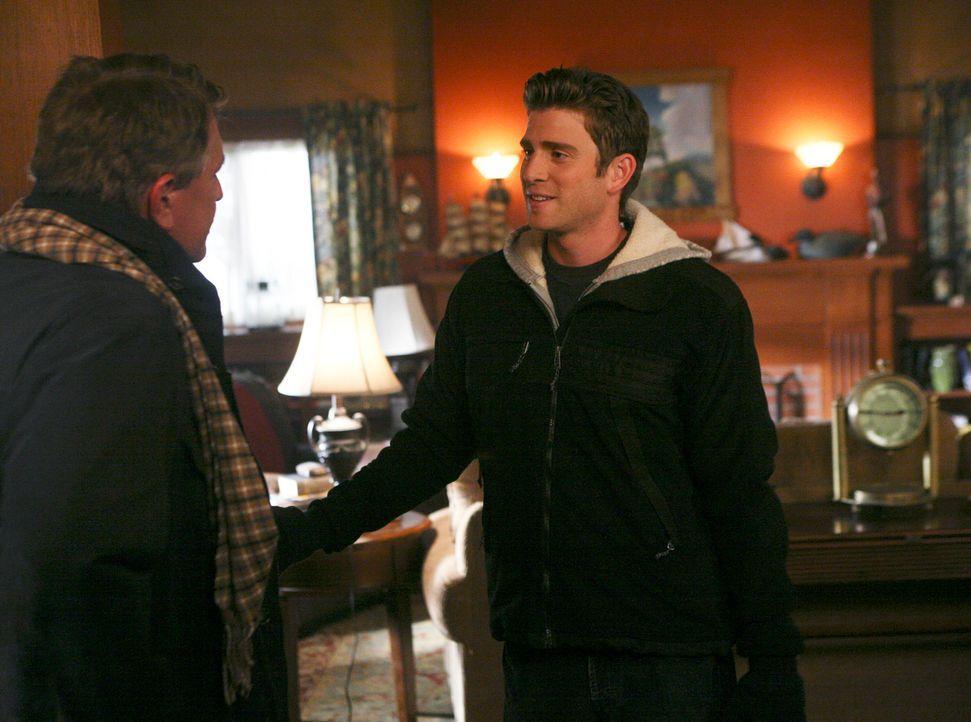 Die gereizte Stimmung von Bob (Tom Berenger, l.) bleibt Nick (Bryan Greenberg, r.) ein Rätsel... - Bildquelle: ABC Studios